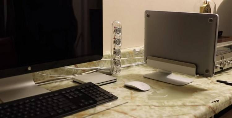 Rain Design 10038 mTower holds your MacBook upright